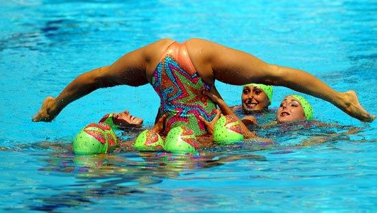 очень пикантное фото в бассейне
