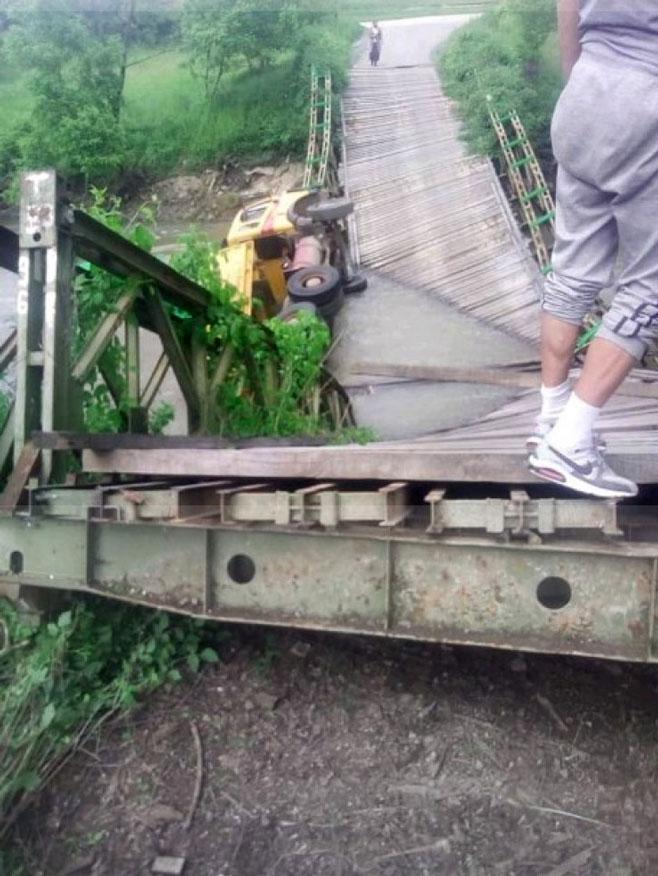 Pod teretom kamiona srušio se most na Spreči (Foto: Avaz)