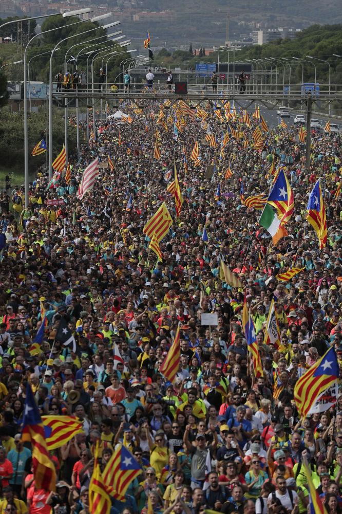 Стотине хиљада Каталонаца пристигло је у Барселону (фото: AP Photo / Manu Fernandez)