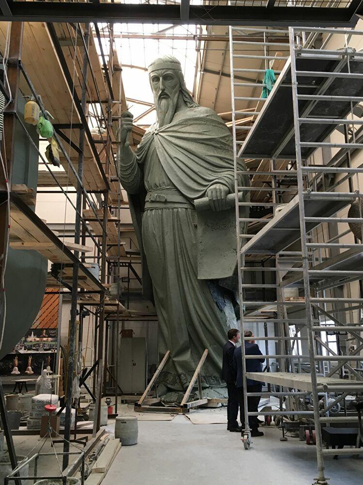 Споменик Стефану Немањи креће пут Београда (фото: SPUTNIK / ОЛИВЕРА ИКОДИНОВИЋ)