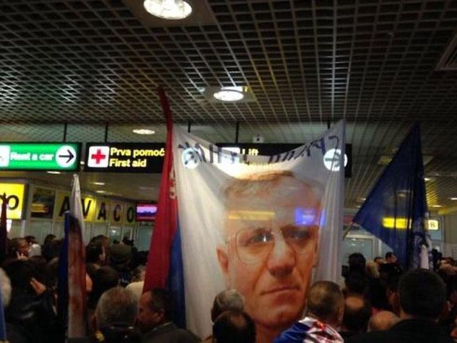 Doček Vojislava Šešelja u Beogradu (Foto: @stefanogiantin)