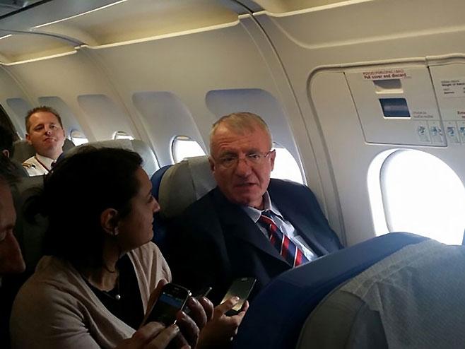 Vojislav Šešelj u avionu u povratku iz Haga (Foto: rtcg.me)