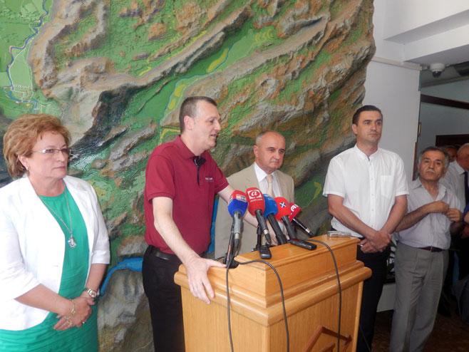 Petar Đokić sa rukovodstvom ERS-a, HET-a, He Dabar i Ri TE Gacko - Foto: SRNA