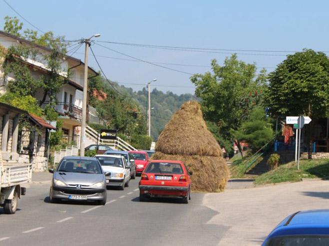 Zanimljivo: Plast sijena na regionalnom putu BiH  (Foto: H.Čalić) - Foto: dnevni avaz