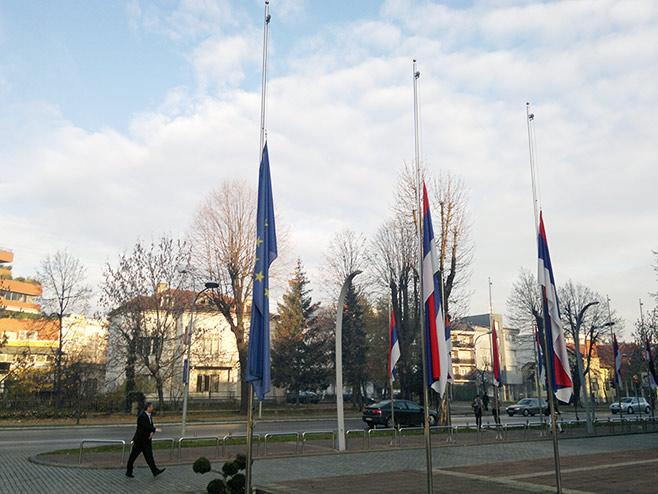 Zastave na pola koplja - Foto: RTRS