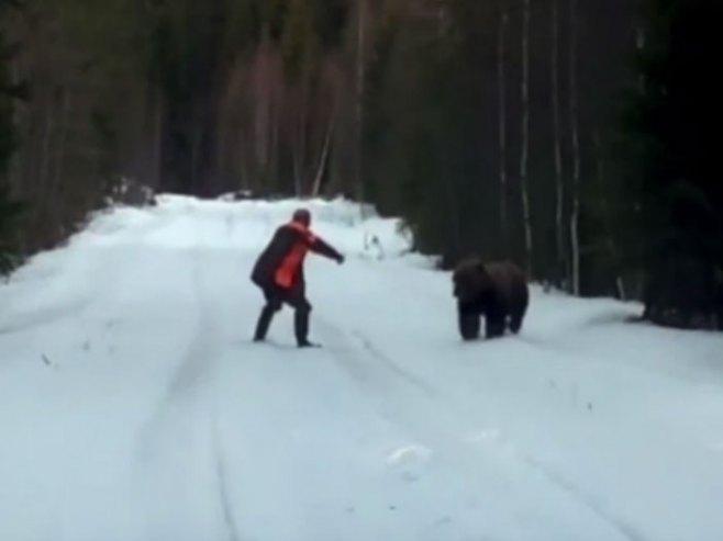 Čovjek i medvjed - Foto: Screenshot/YouTube