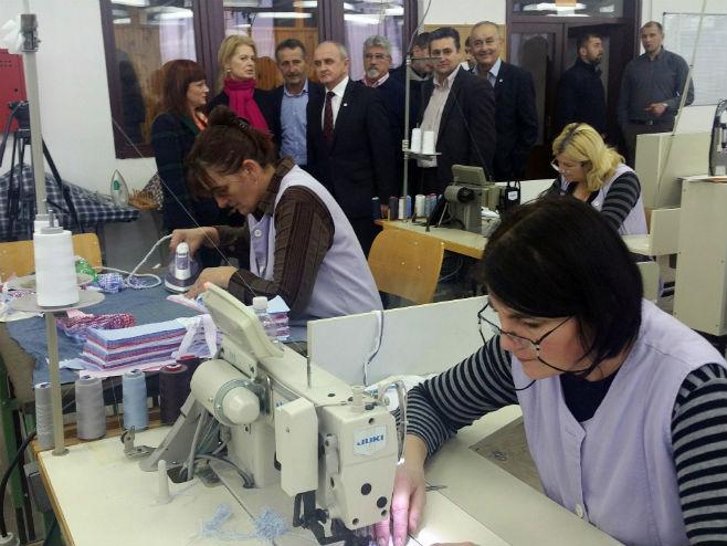 """Đokić i Varezi u posjeti Tekstilnoj fabrici """"Javor"""" - Foto: SRNA"""