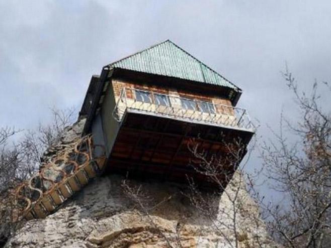 Neobična kuća na stijeni u kojoj živi starac Mika  (Foto:nezavisne.com) -