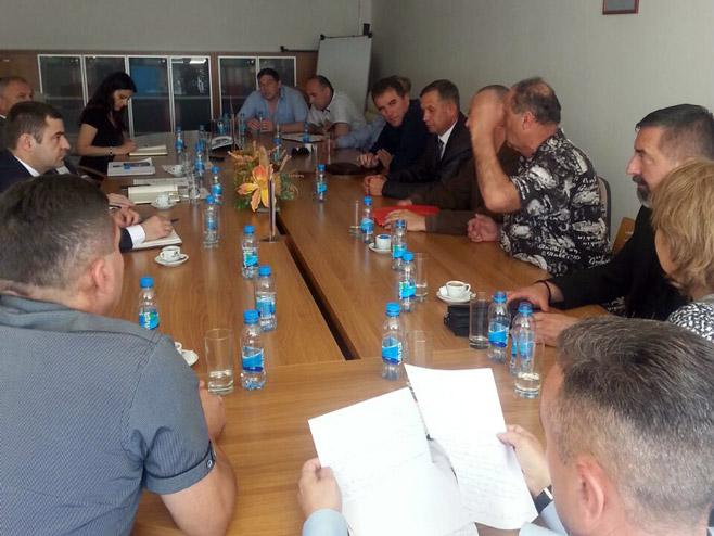 Sastanak - Predstavnici RVI i Savanović oko isplate invalidnina - Foto: RTRS