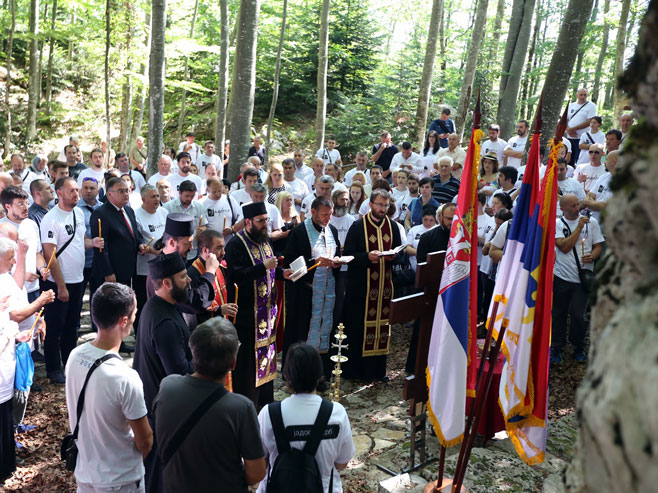 Служење парастоса јадовничким жртвама над Шарановом јамом на Велебиту у Хрватској (Фото: СРНА)