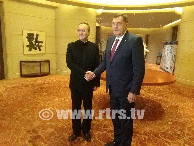 Predsjednik Srpske Milorad Dodik sa glavnim menadžerom kompanije Čajna mašineri inženjering korporacije Sun Baiem - Foto: RTRS