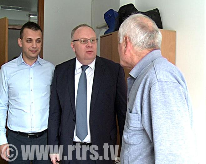 Министар Драган Богданић у посјети Дому за стара лица (Фото: РТРС)