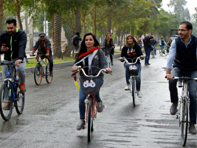 Iračanke na biciklima u centru Bagdada (Foto: centrepresseaveyron.fr)