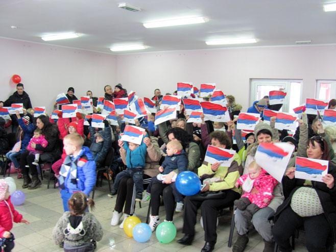 Лакташи - представници Рејонског одбора СНСД-а подијелили пакетиће - Фото: СРНА