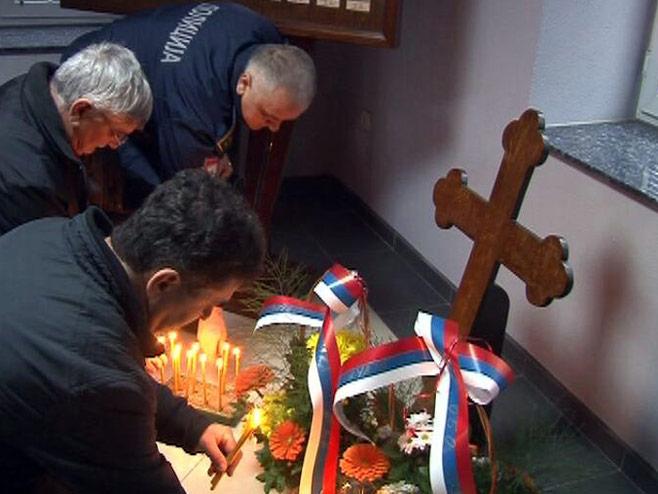 Козарска Дубица- положено цвијеће у Спомен-соби