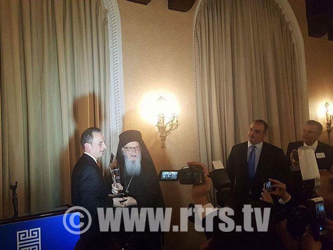 Arhiepiskop Demetrios odlikuje Rajnsa Pribusa