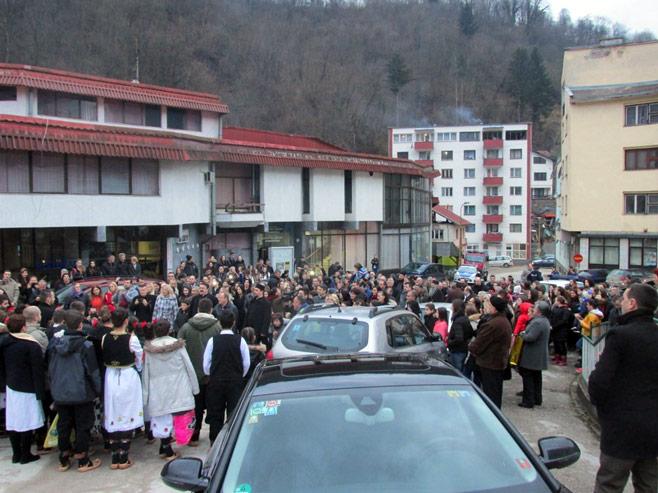 Због дојаве о бомби, Светосавска академија одржана на тргу у Сребреници (ФОТО)