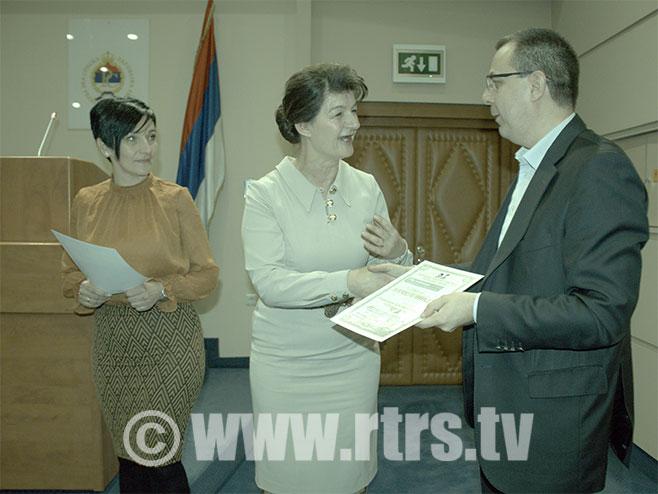 Милан Трбојевић прима захвалницу у име РТРС-а (Фото: РТРС)