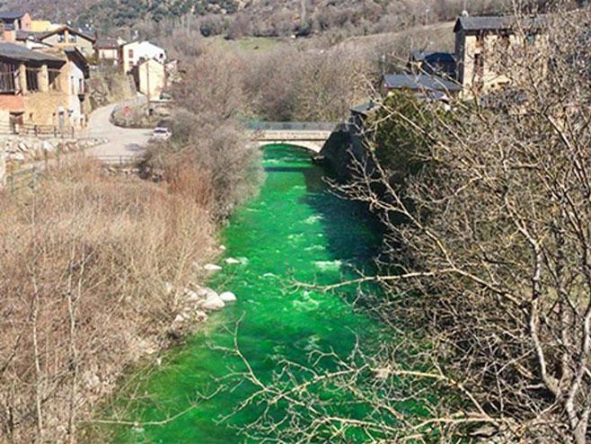 Andora: Ofarbana rijeka u boju smaragda (Foto:cdn.abclocal.go.com)
