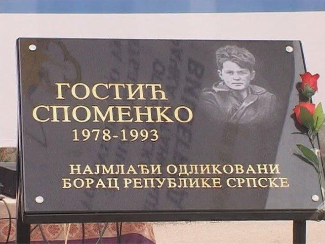 Спомен плоча Споменку Гостићу (Фото: РТРС)