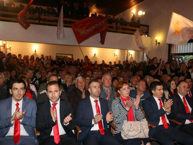Скуп опозиције у Ђеновићима (Фото: Демократска Црна Гора) -