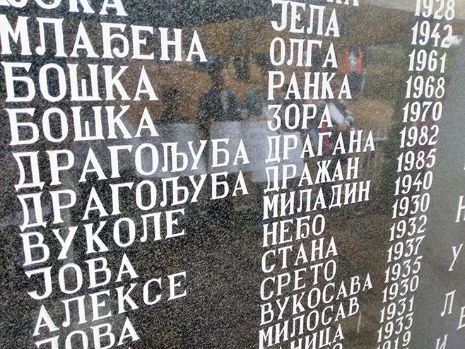 Фоча: Исписана имена на спомен плочи - Фото: СРНА