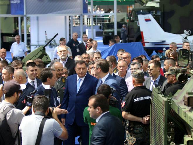 Додик и Вучић на Међународном сајму наоружања у Београду (Фото: Срна)