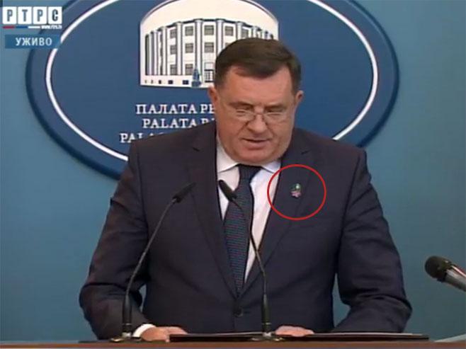 """Додик са симболом """"Наталијина рамонда"""" - Фото: РТРС"""