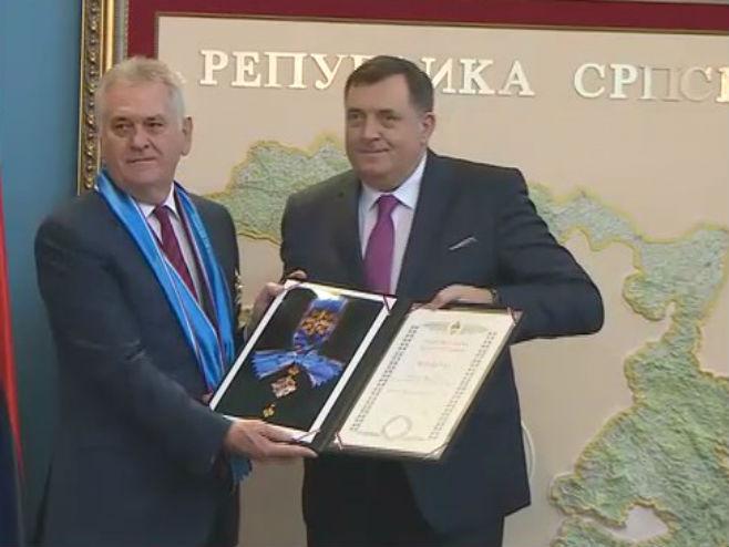 Dodik odlikovao Nikolića (Foto: RTRS)