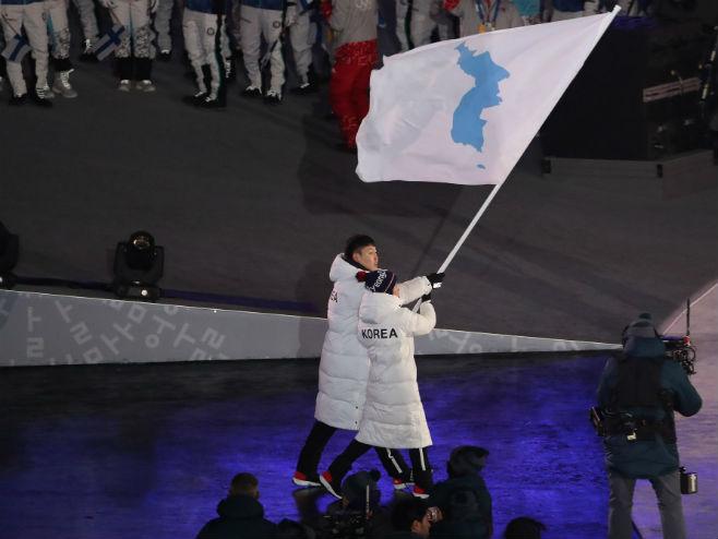 Спортисти двије Кореје под једном заставом на ЗОИ у Пјонгчангу (Фото: Credit Chang W. Lee/nytimes)