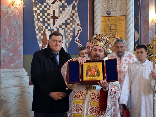 Карловац: Епископ Герасим уручио икону предсједнику Додику