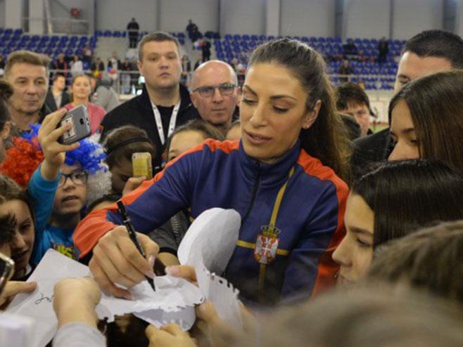 Ивана даје аутограме својим навијачима (Фото: Танјуг)
