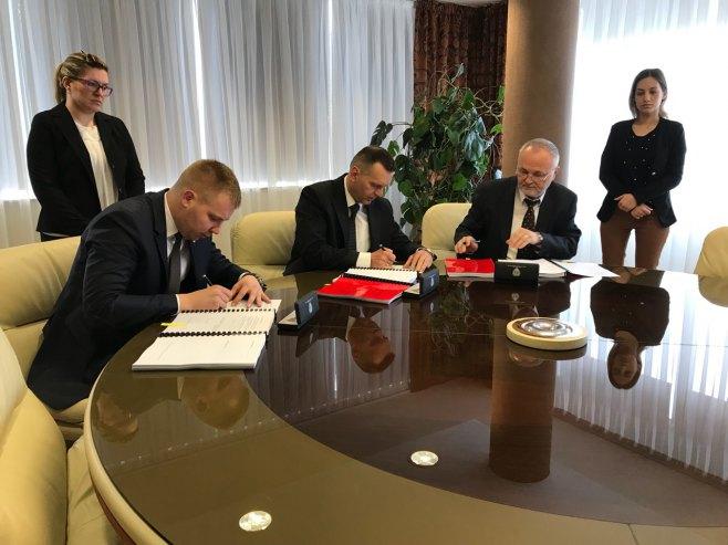 Потписивање уговора са представницима извођача радова за изградњу објекта Полицијске станице Добој један и Полицијске станице за безбједност саобраћаја Добој - Фото: РТРС