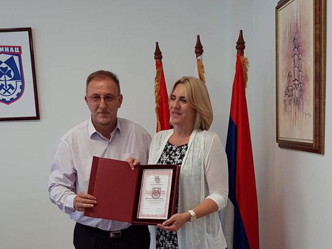 Премијерки Цвијановић уручена плакета почасног грађшанина (Фото: РТРС)
