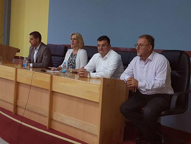 Цвијановићева са  члановима ОО СНСД-а Челинац (Фото: РТРС)