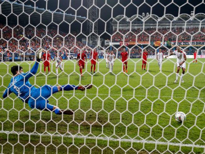 Trenutak kad Mitrović postiže gol