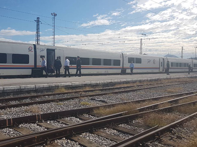 Zaustavljen voz sa migrantima (Foto: RTRS)