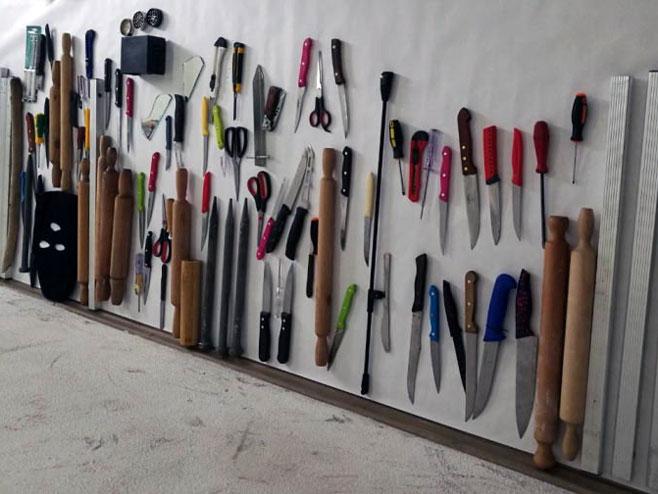 Одузети предмети од миграната (фото: СРНА)