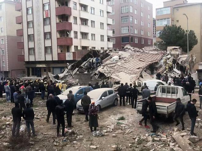 Урушена зграда у Инстанбулу (Фото: Тwitter)