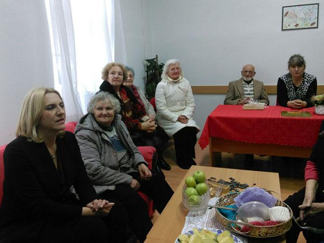 Predsjednica Srpske posjetila Dnevni centar za stare osobe (Foto: RTRS)