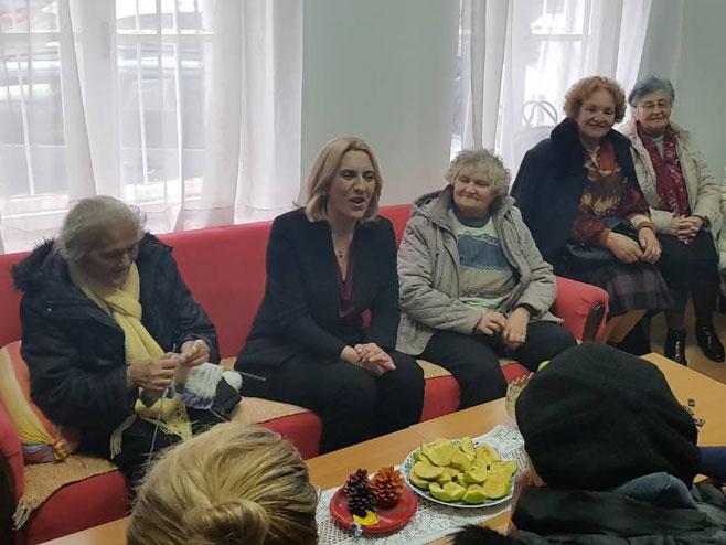 Cvijanovićeva u posjeti Dnevnom centru za stare osobe Trebinje (Foto: RTRS)