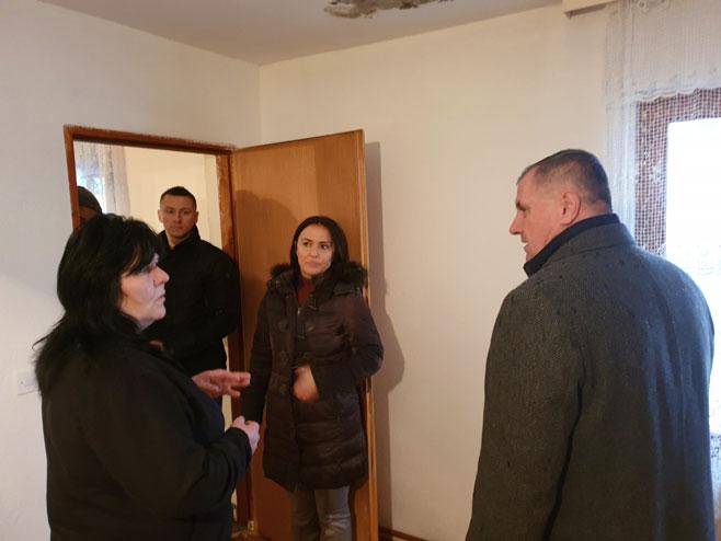 Вишковић обишао поплављене породице у Језеру (Фото: РТРС)