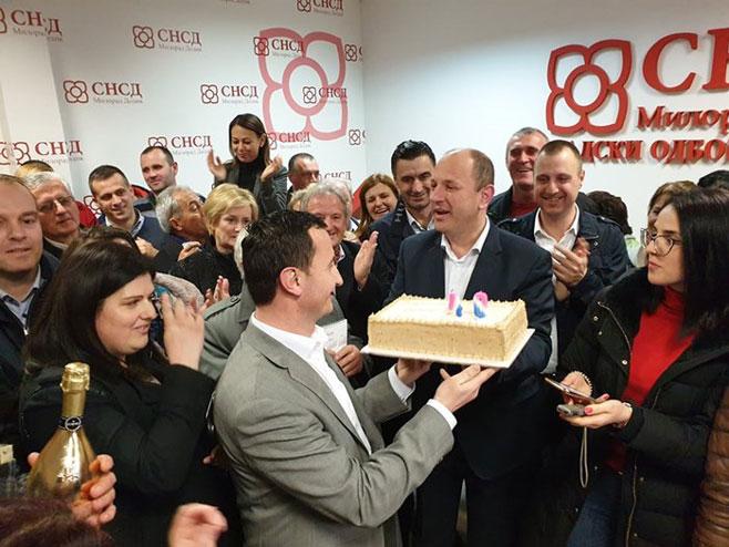 Ћурић прославио побједу уз торту и шампањац (Фото:trebinjelive.info)