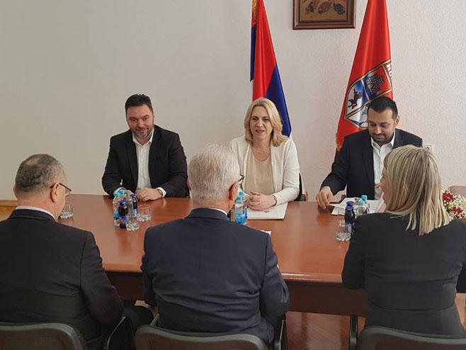 Cvijanovićeva sa rukovodstvom opštine Rogatica (Foto: RTRS)