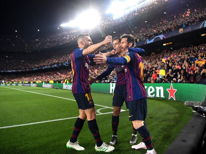 Играчи Барселоне на Камп Ноу (фото: twitter.com/championsleague)