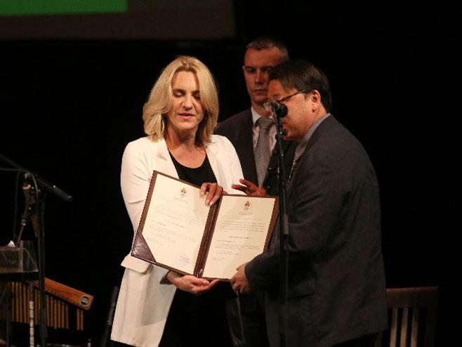 Željka Cvijanović dodijelila plaketu (Foto: RTRS)