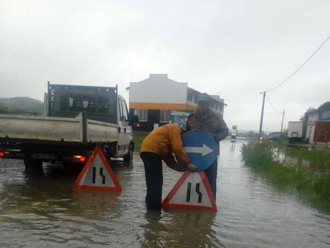 Обустава саобраћаја на путу Костајница - Козарска Дубица (фото: facebook.com/kostajnicacom)