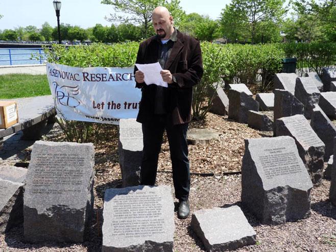 Обраћање Данијела Симића на откривању Спомен камена у Бруклину, САД. (фото: Бери Дамјановић)