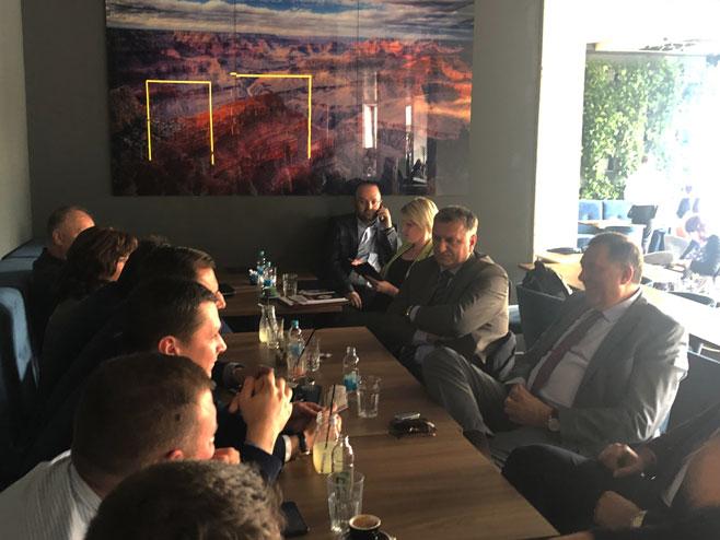 Bijeljina-Dodik sa stranačkim kolegama (Foto: RTRS)