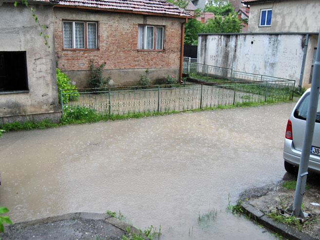 Плављење улица и подрумских просторија у Зворнику